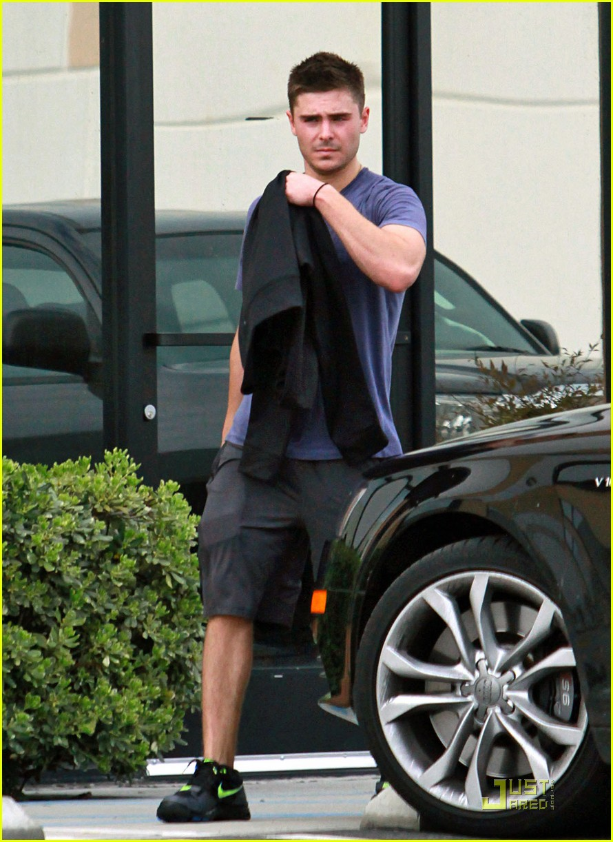 zac efron sweaty starbucks 01