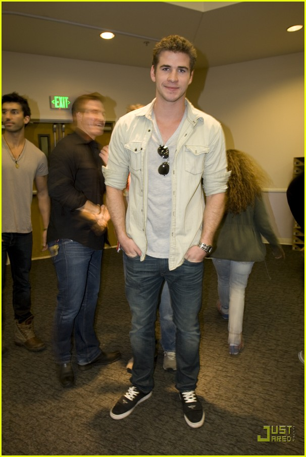 liam hemsworth shoes homeless 02.