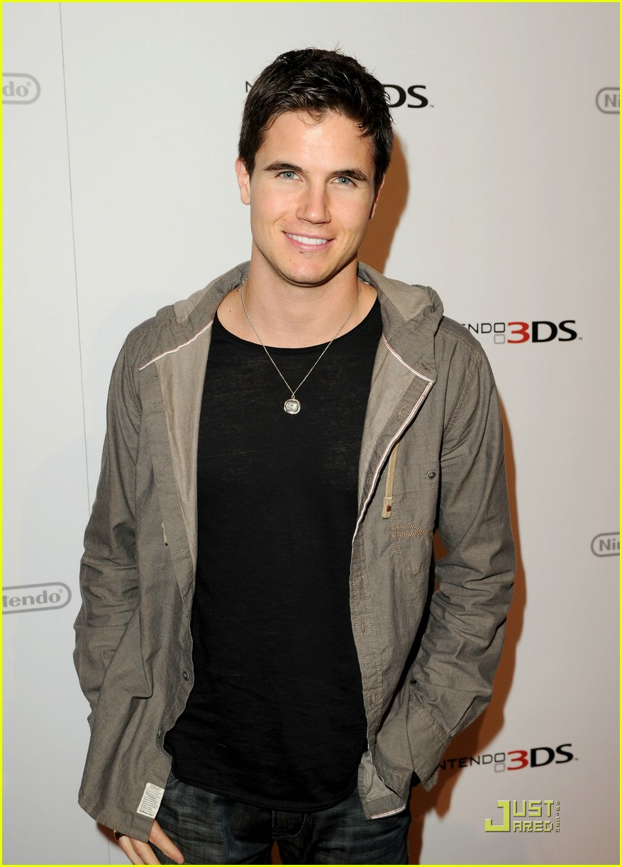 robbie amell nintendo night 02
