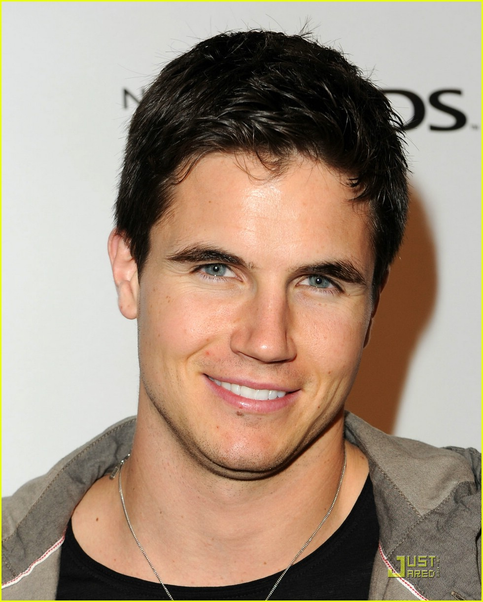 robbie amell nintendo night 04