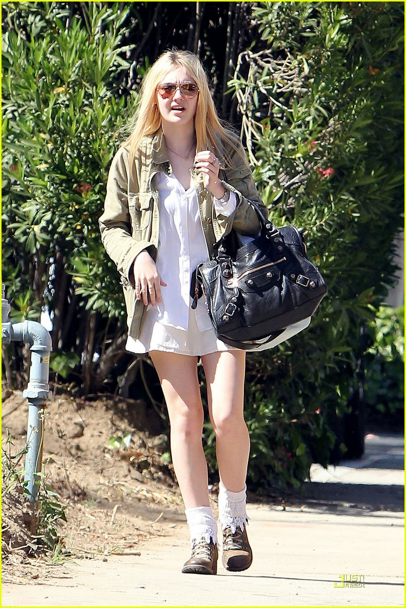 dakota fanning walk school 02