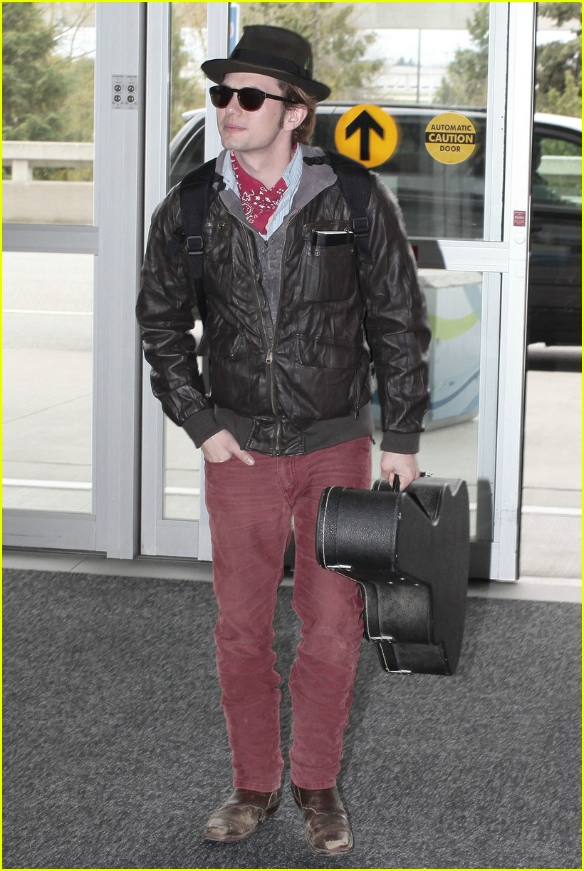 ashley greene bd cast airport 08