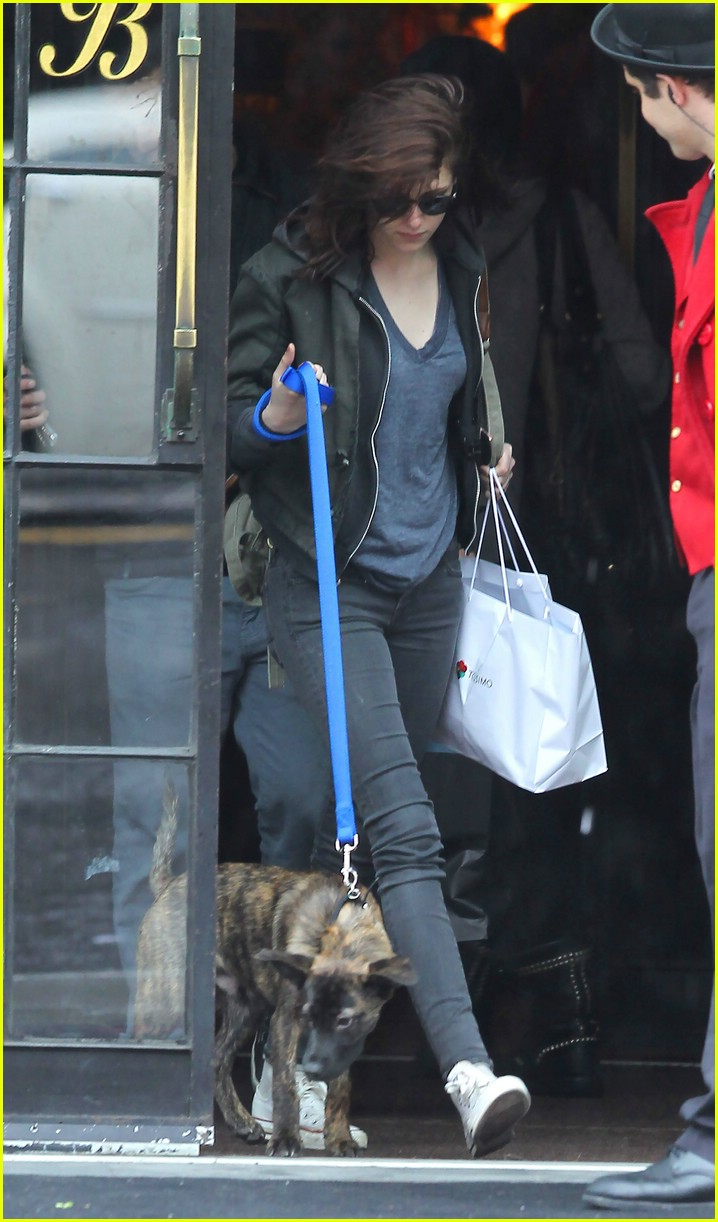 kristen stewart dog walk 02