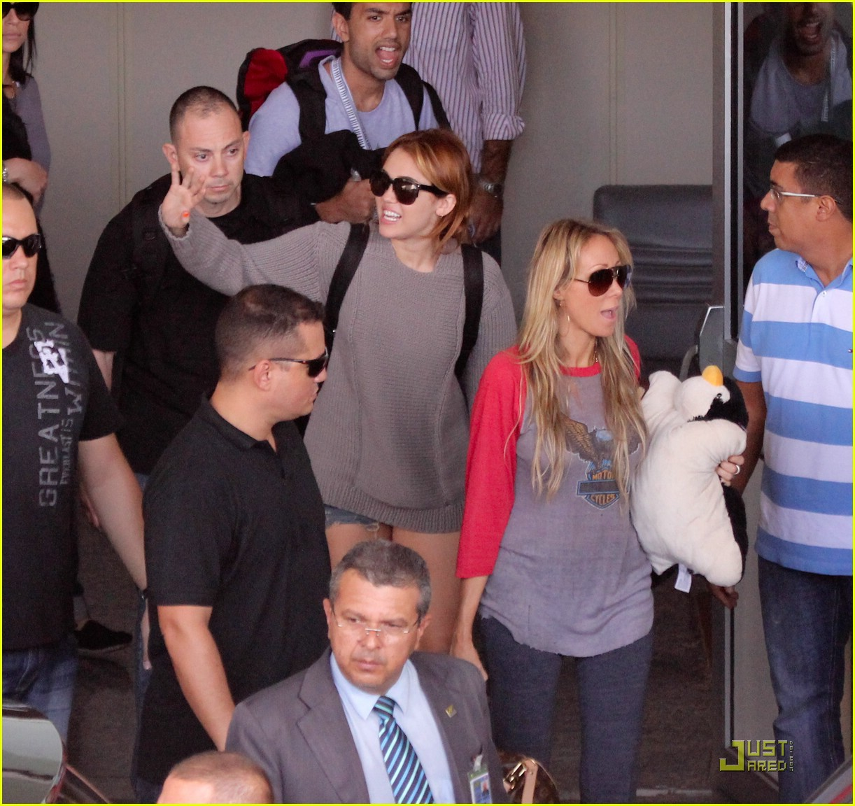 miley cyrus brazil arrival 14