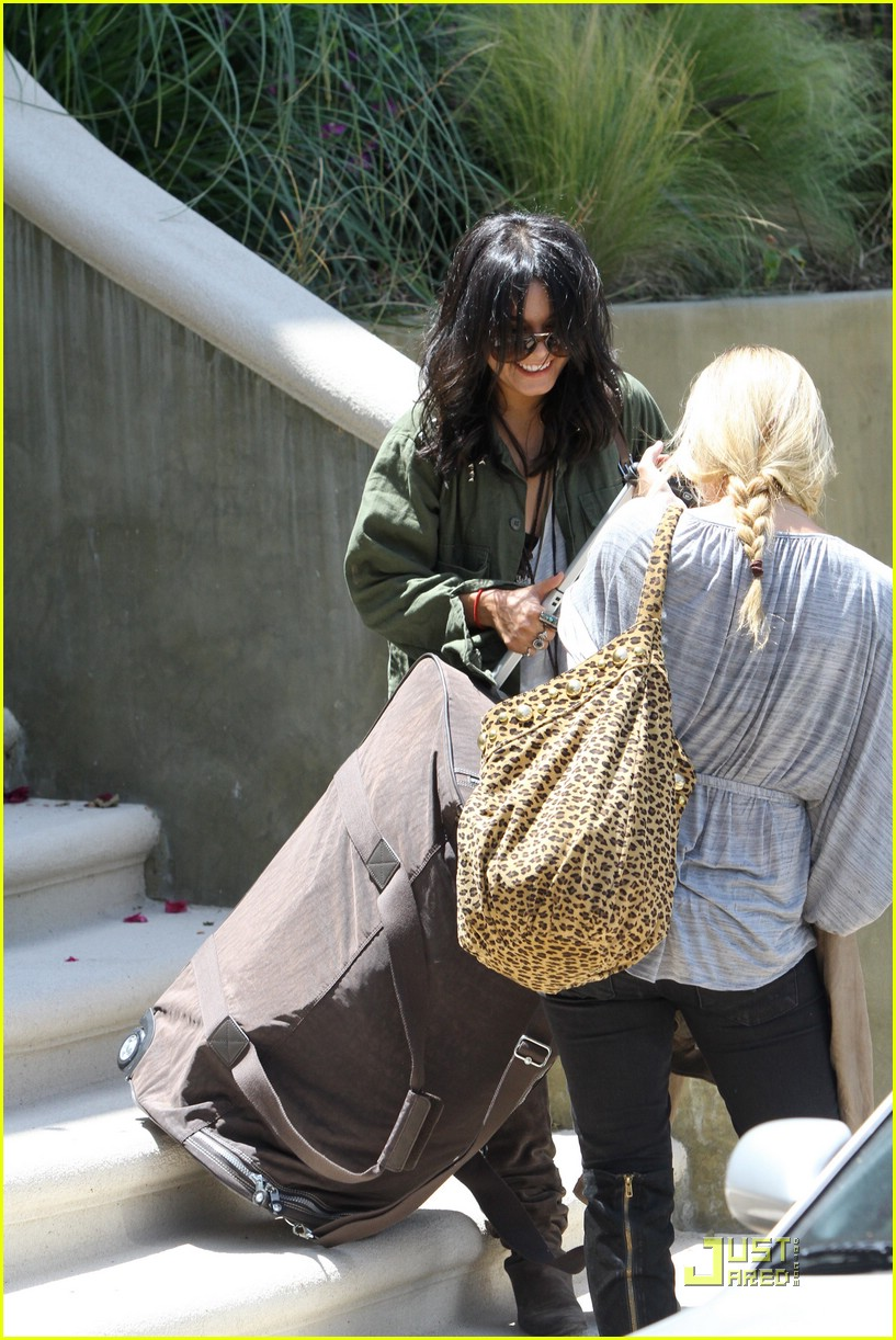 vanessa hudgens lunch lax 14