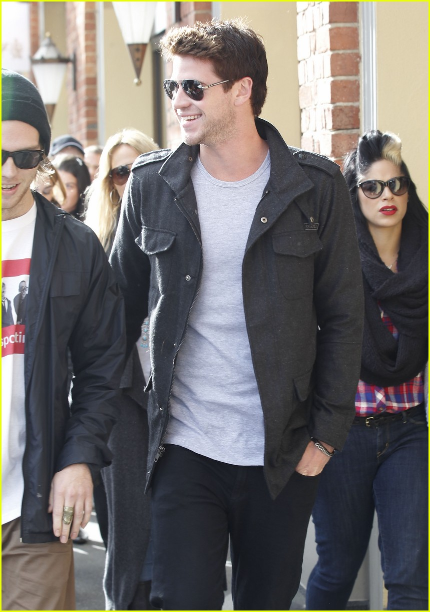 miley cyrus liam hemsworth chapel 02
