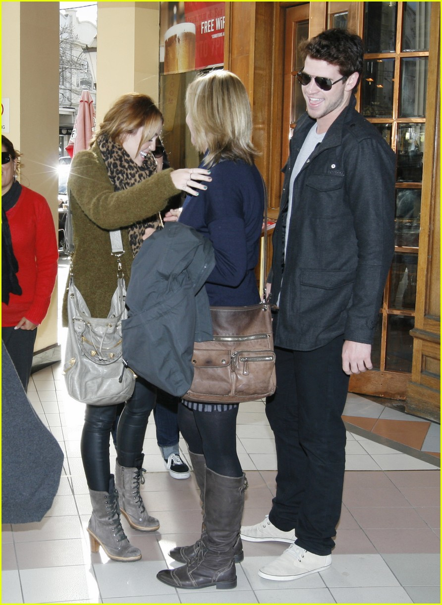 miley cyrus liam hemsworth chapel 10