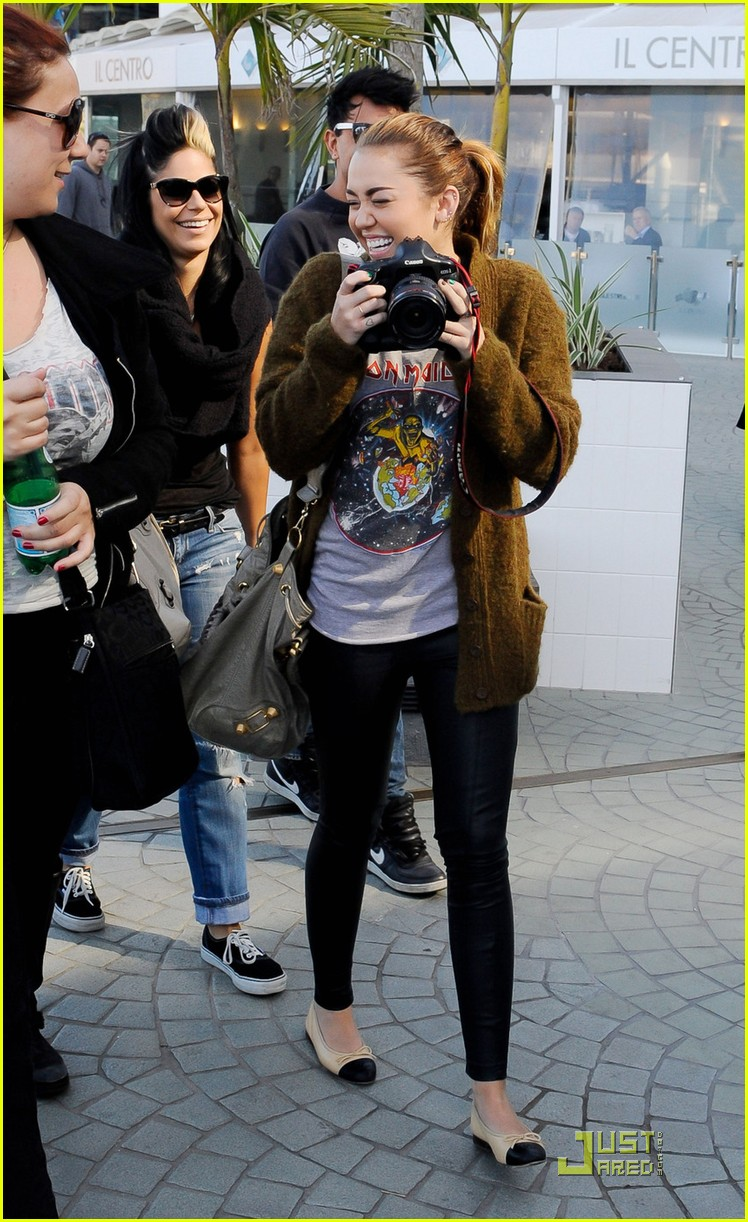 miley cyrus liam hemsworth brisbane shopping 04