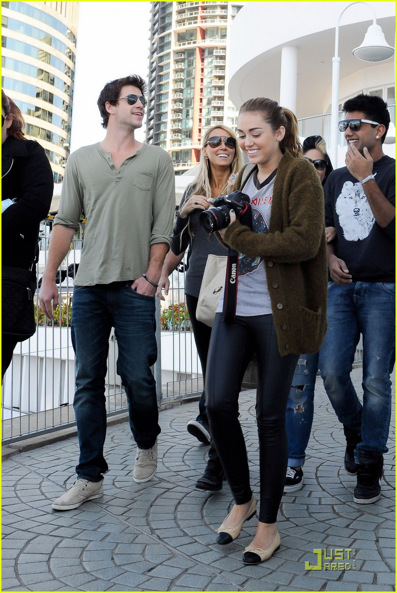 miley cyrus liam hemsworth brisbane shopping 05