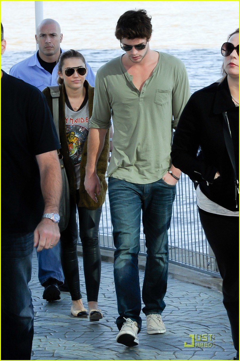 miley cyrus liam hemsworth brisbane shopping 06