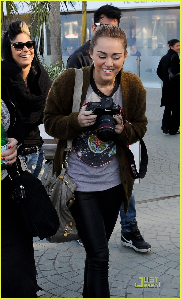 miley cyrus liam hemsworth brisbane shopping 07