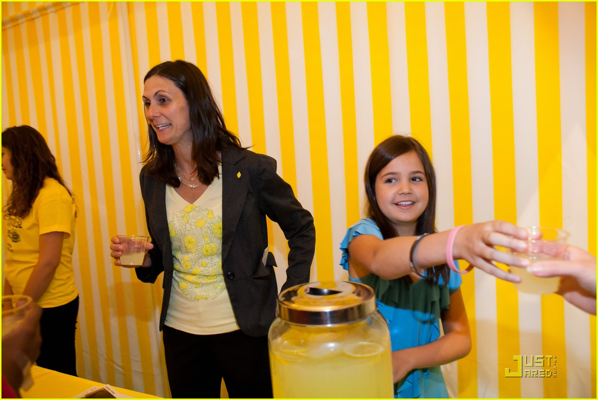 bailee madison lemonade stand 02