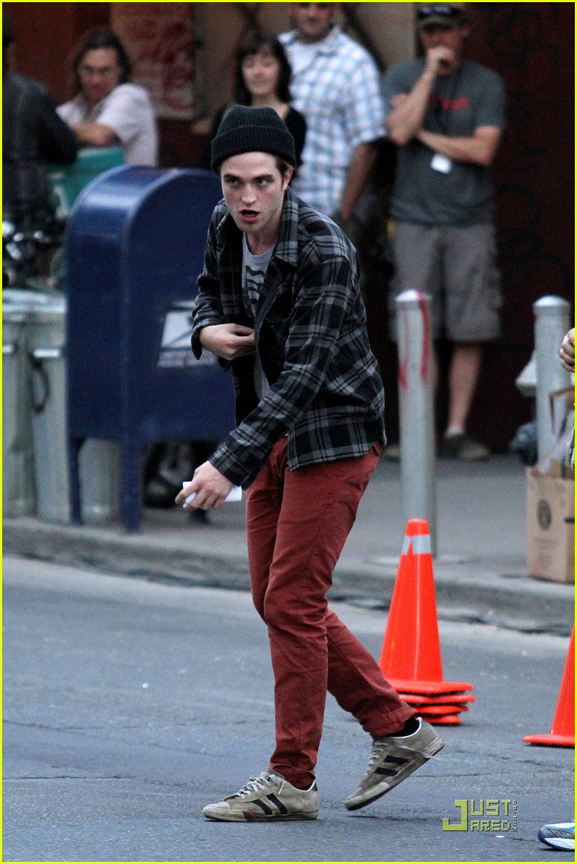 robert pattinson red pants 01