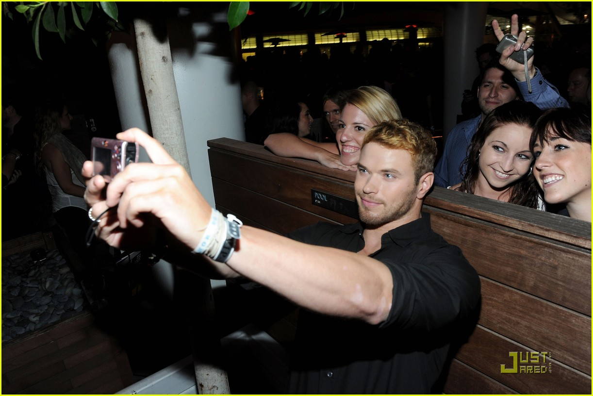kellan ashley fan comiccon party 03