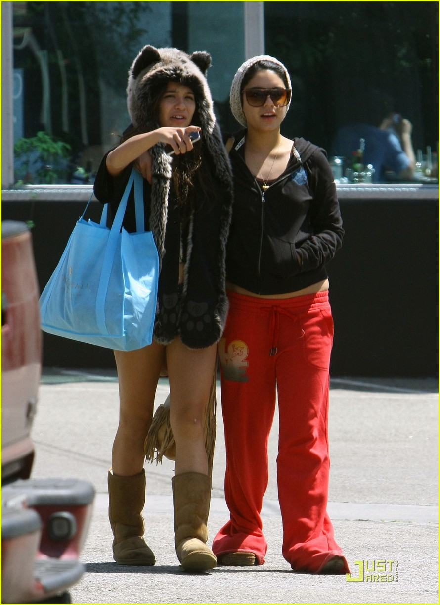 vanessa hudgens jinkys cafe with stella 10