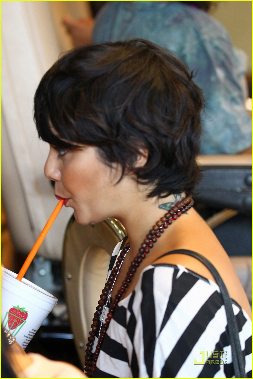 vanessa hudgens salon stop with mom 26