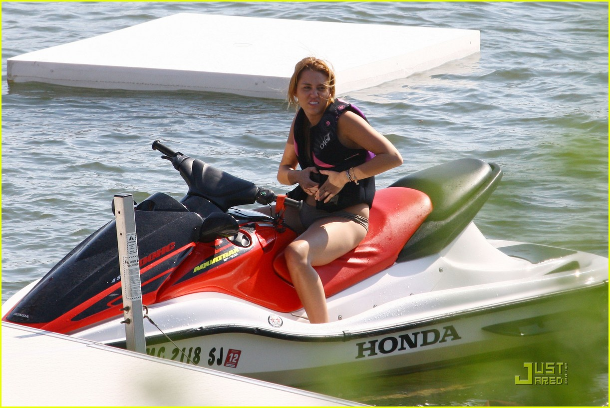 miley cyrus liam hemsworth orchard lake 11