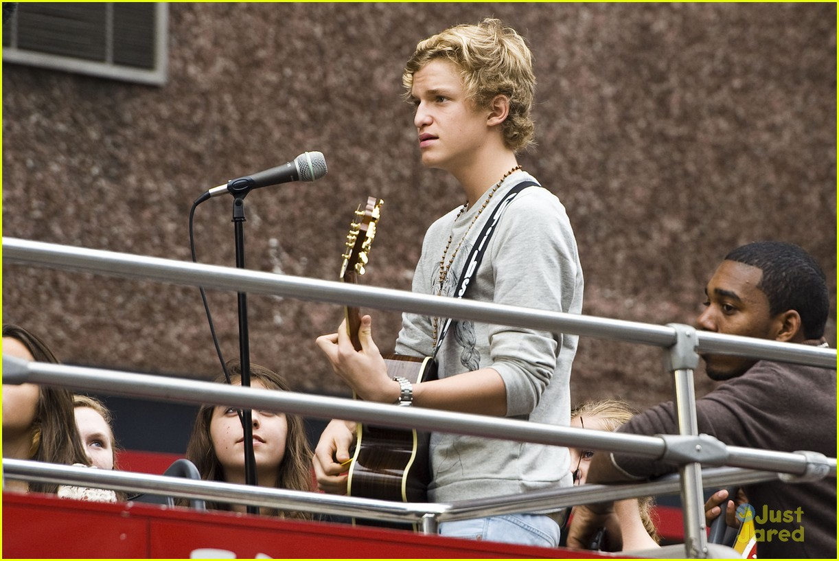 cody simpson bus nyc 08