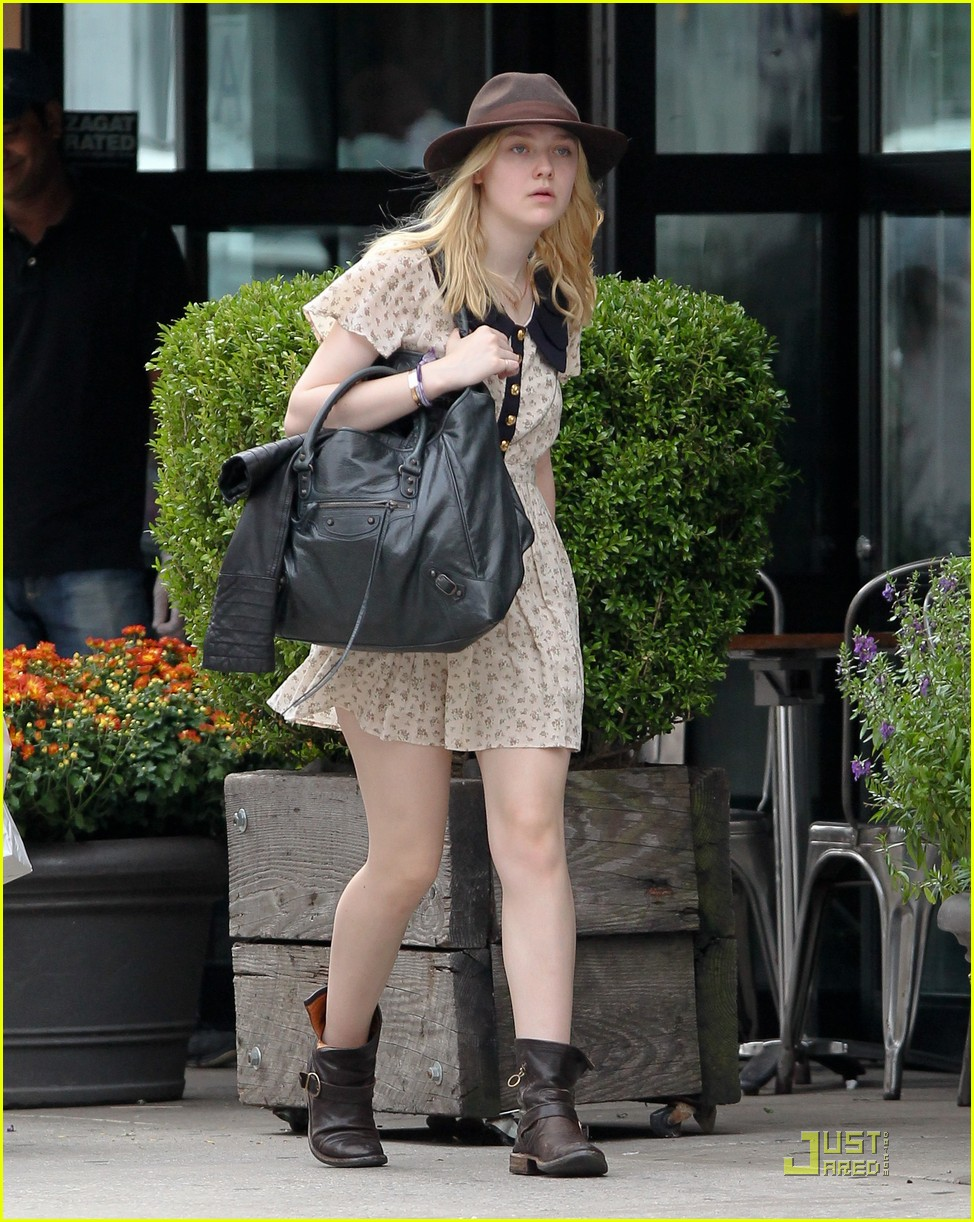 dakota fanning hat 02