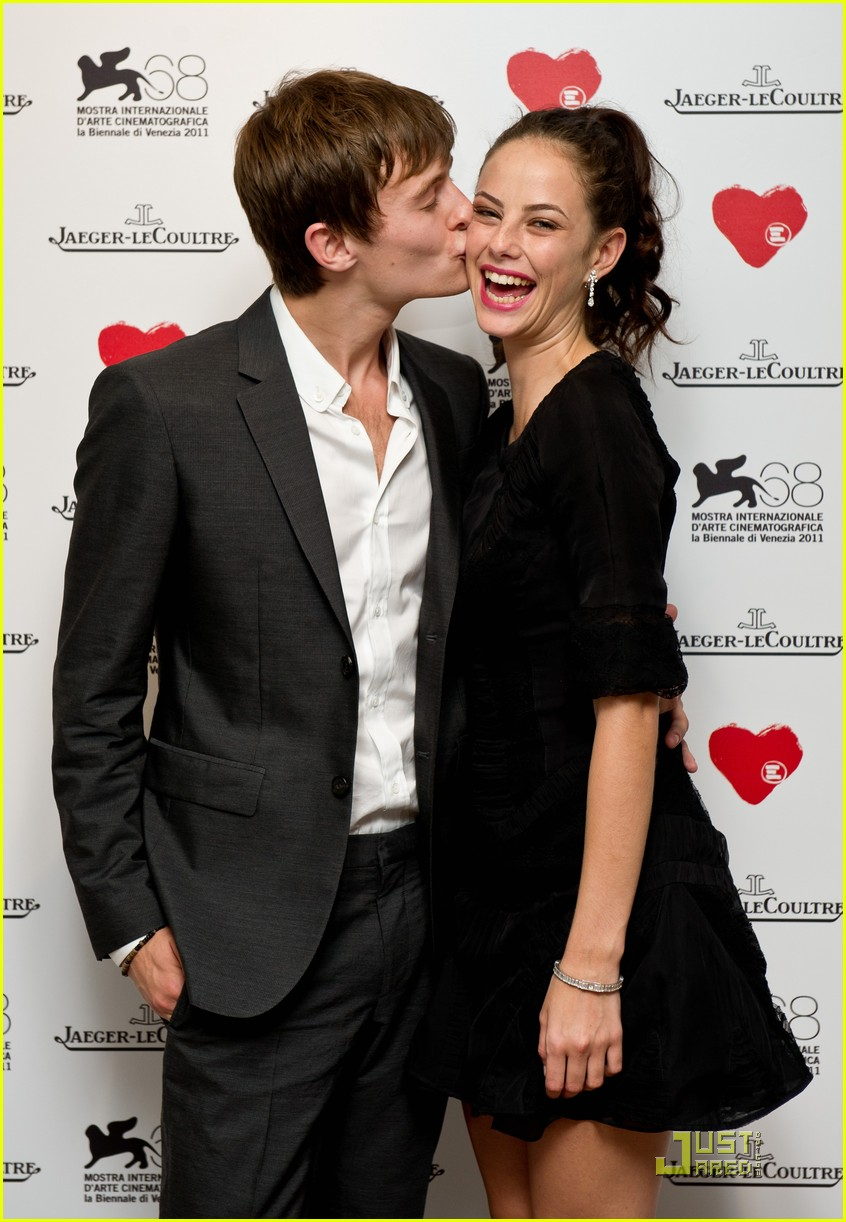 kaya scodelario elliott cheek kiss 03