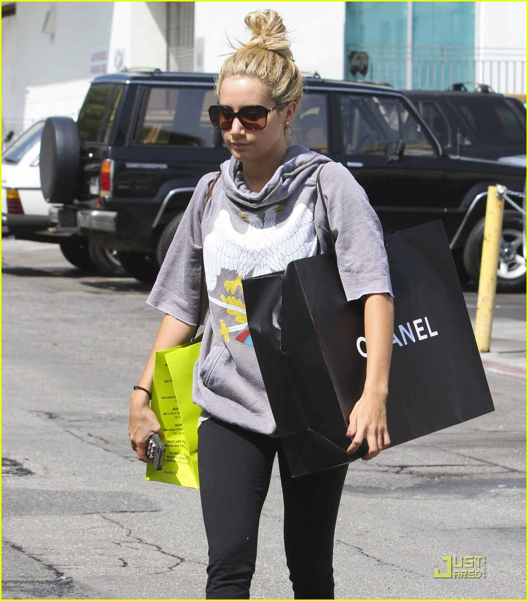 ashley tisdale chanel shopper 16