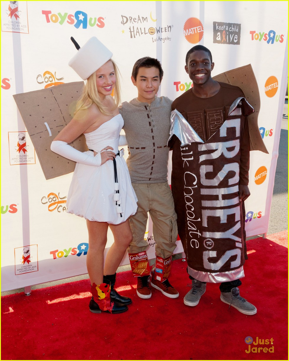 gracie ryan carlos dream halloween smores 06