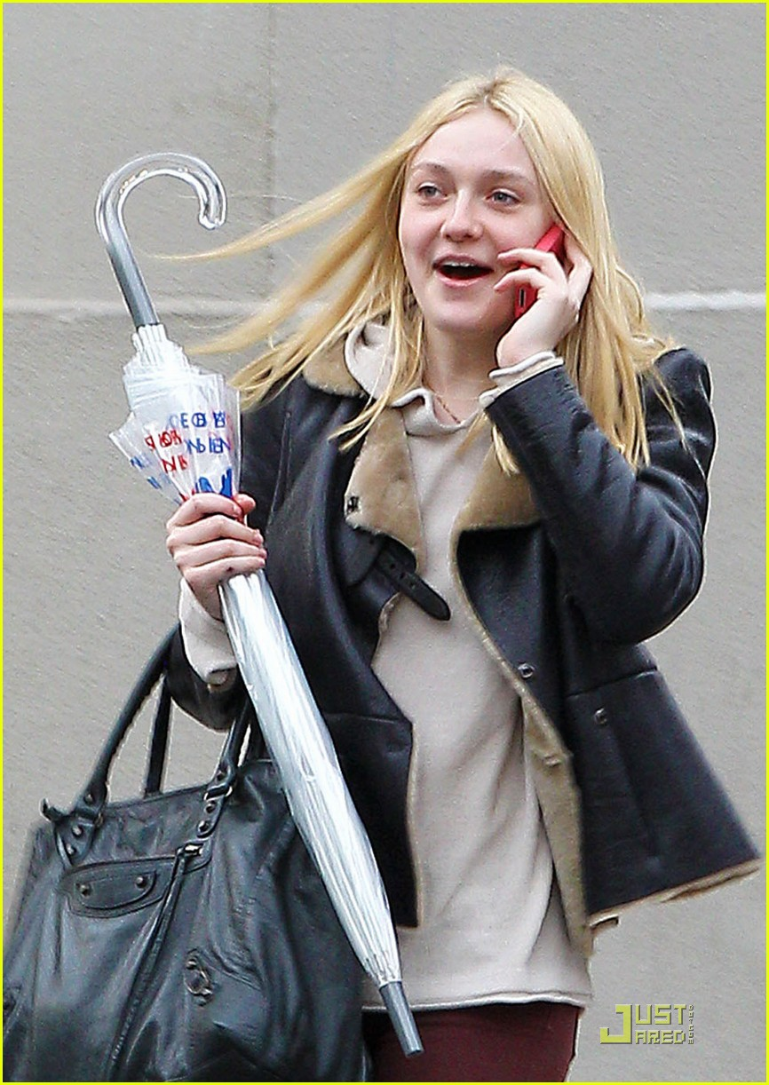dakota fanning cellphone 02