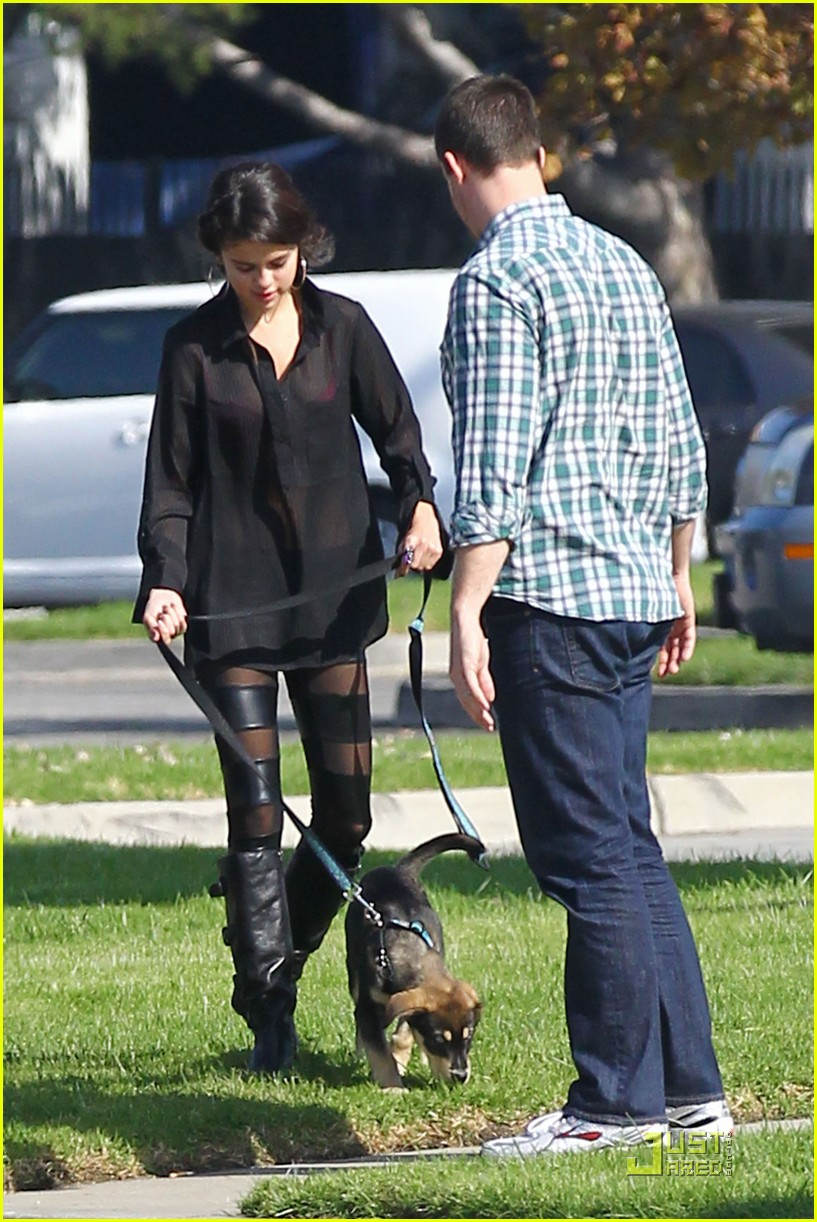 selena gomez puppy play 02