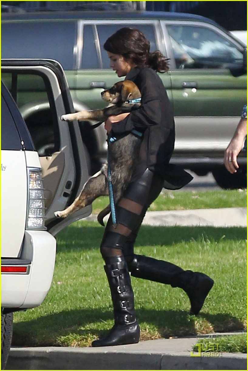 selena gomez puppy play 03