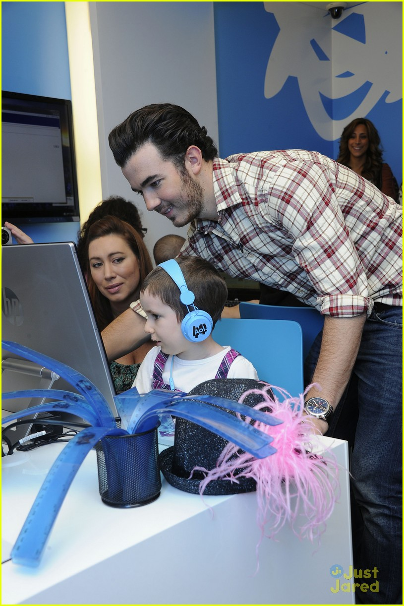 kevin jonas aol ronald house 09