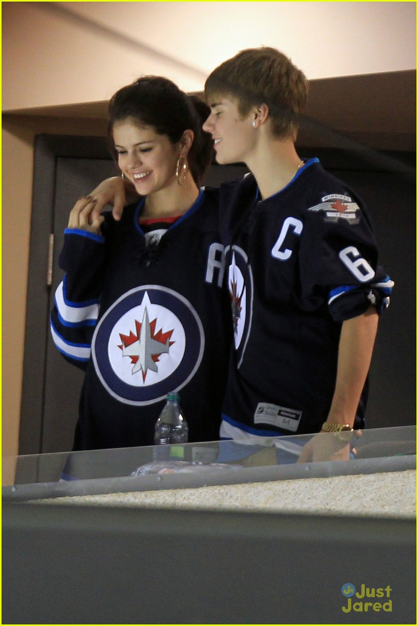 selena gomez justin bieber hockey game 08