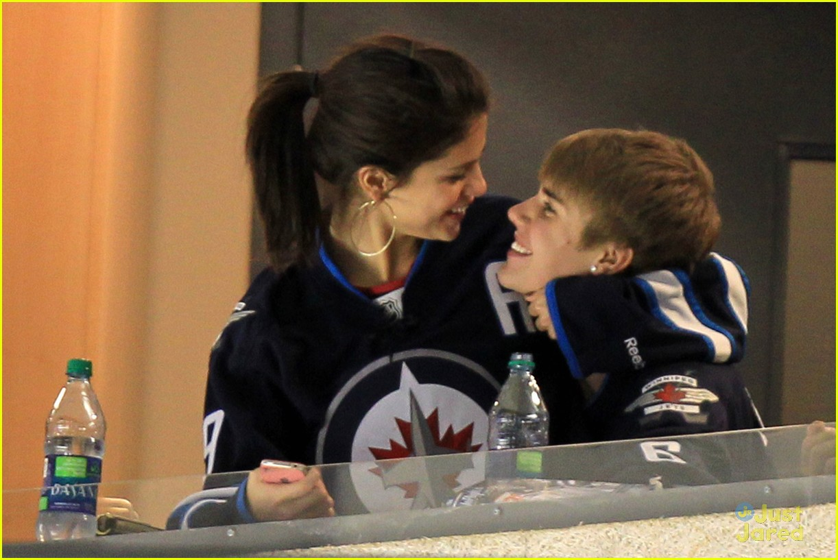 selena gomez justin bieber hockey game 09