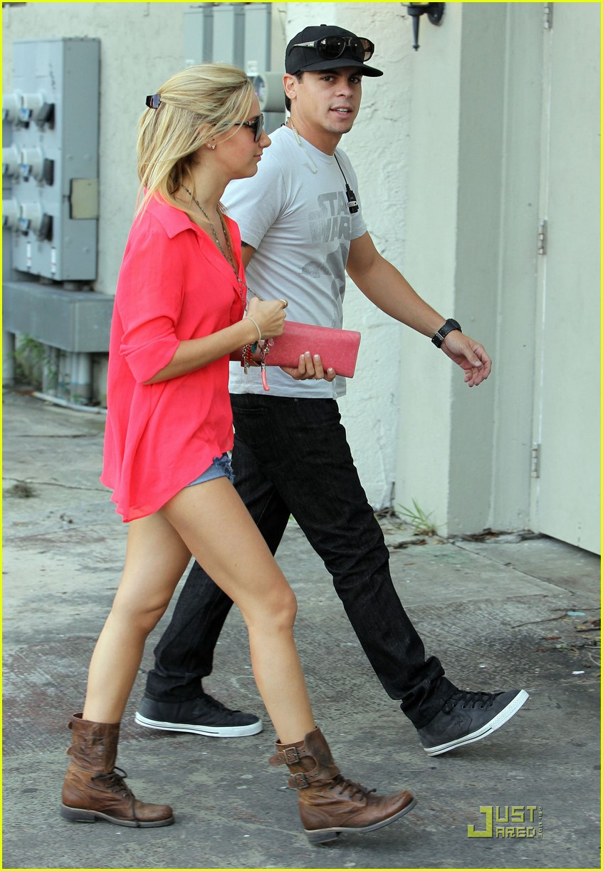ashley tisdale miami landing 04