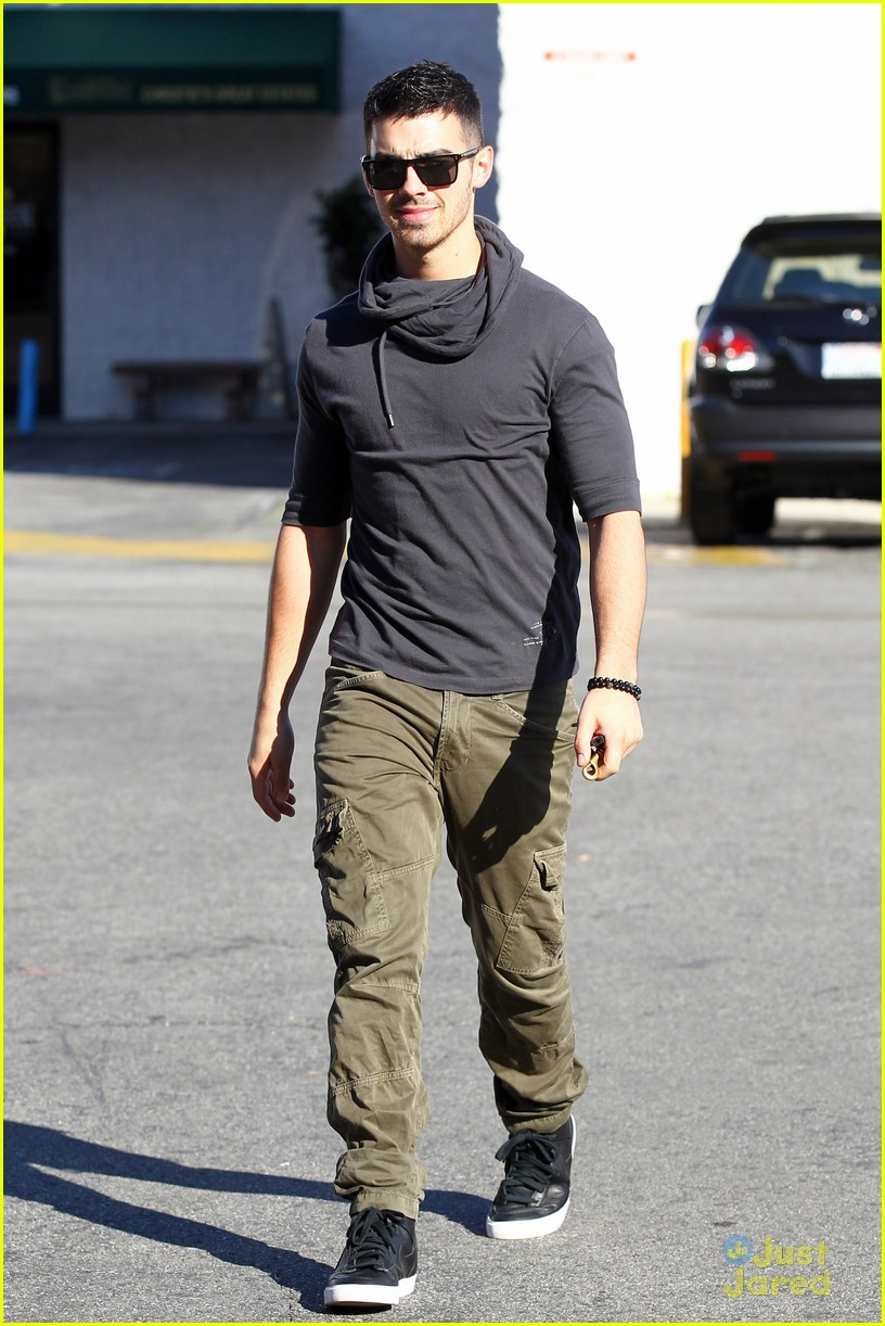 joe jonas coffee run 01