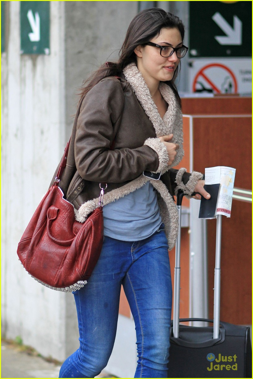 phoebe tonkin airport 07