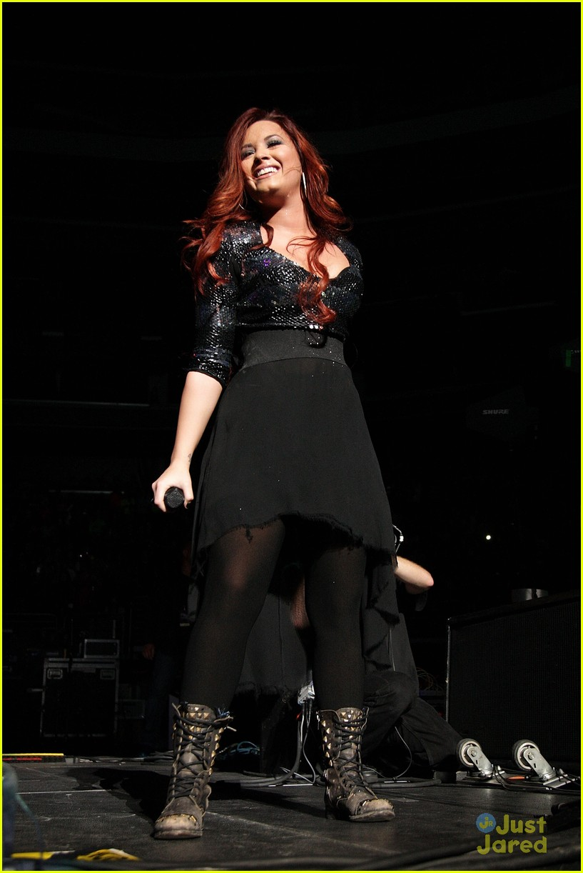 demi lovato q102 jingle ball 01