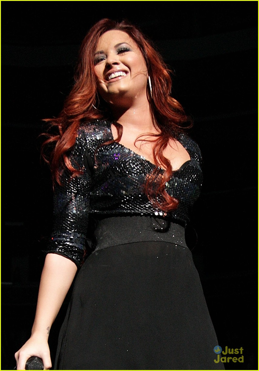 demi lovato q102 jingle ball 03
