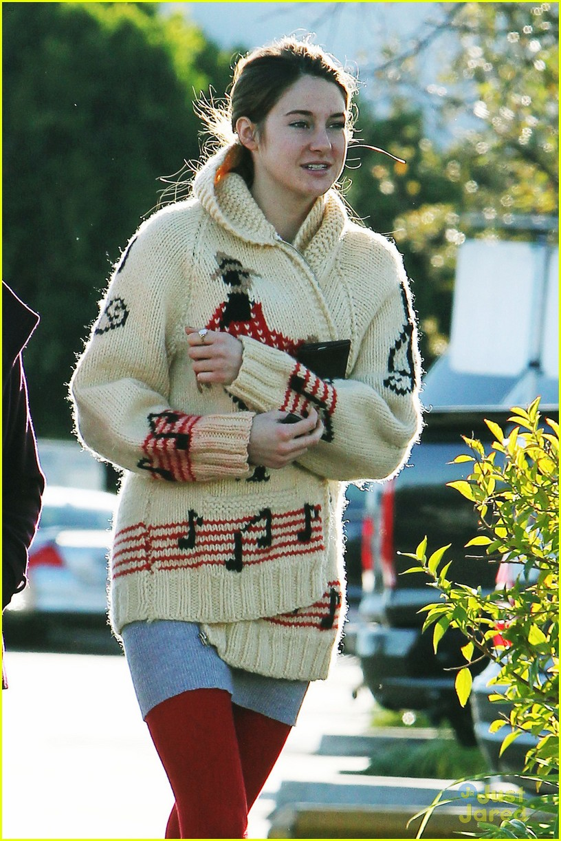 shailene woodley christmas shop 03