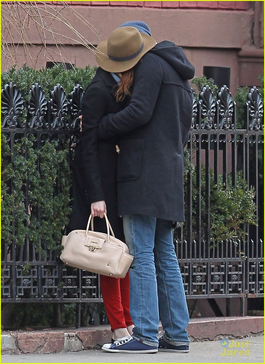 emma stone andrew garfield kiss nyc 12
