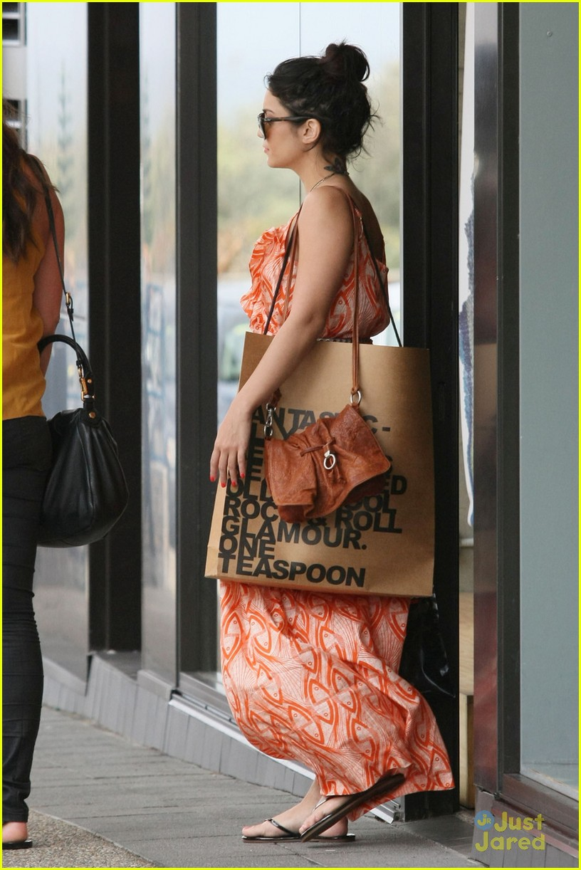 vanessa hudgens shopping sydney 02