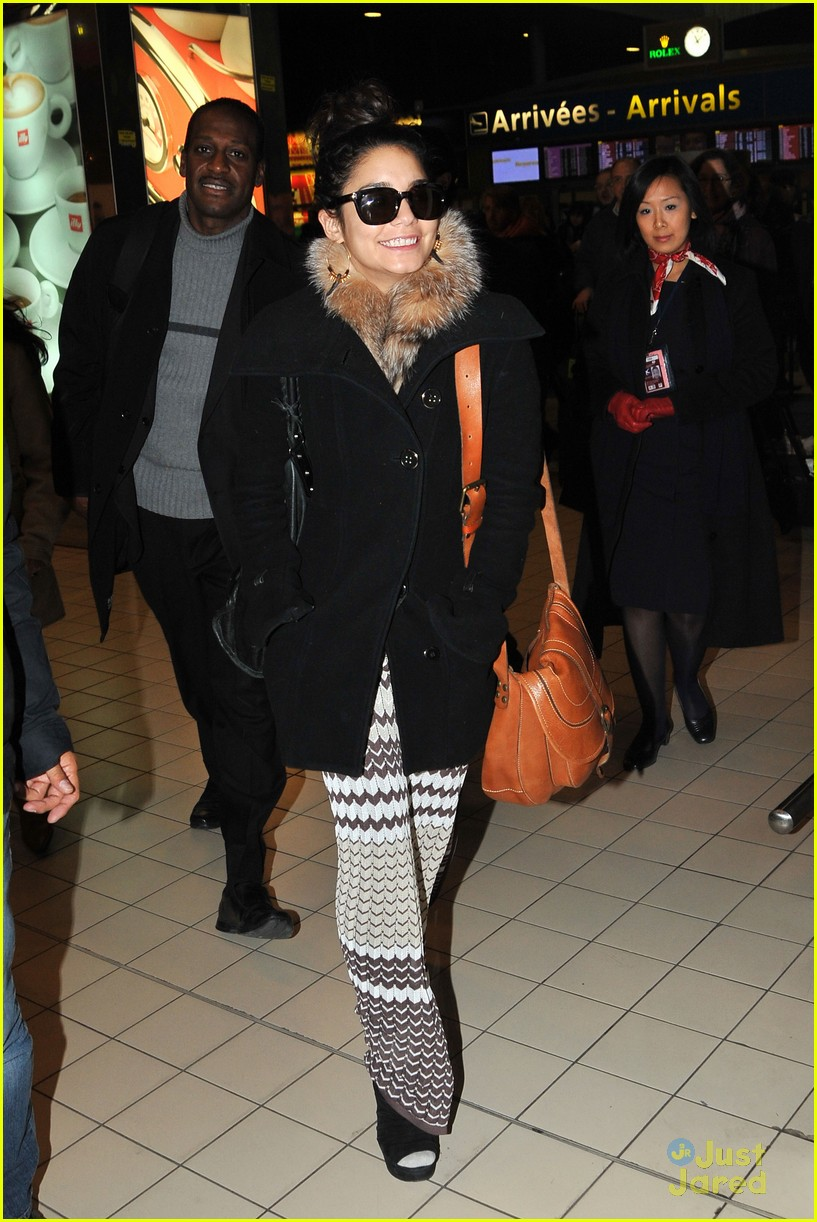 vanessa hudgens paris airport 04