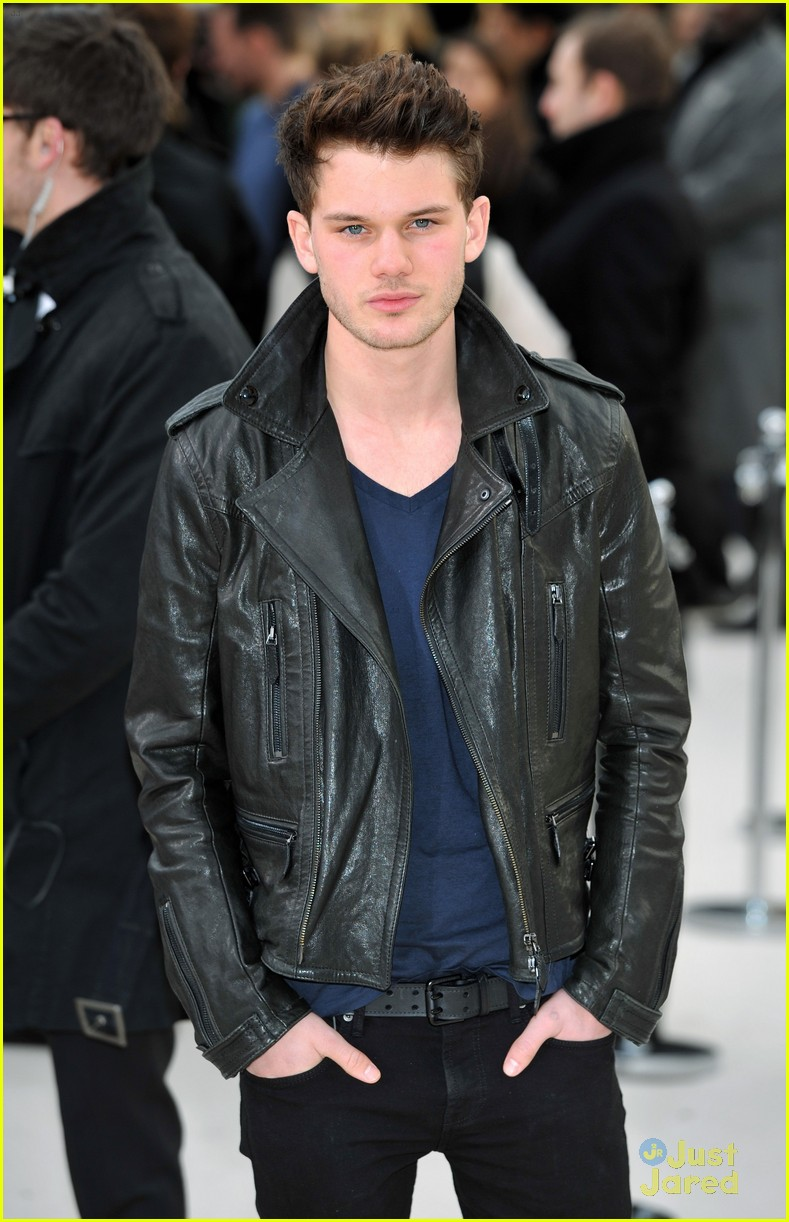 jeremy irvine burberry lfw 10