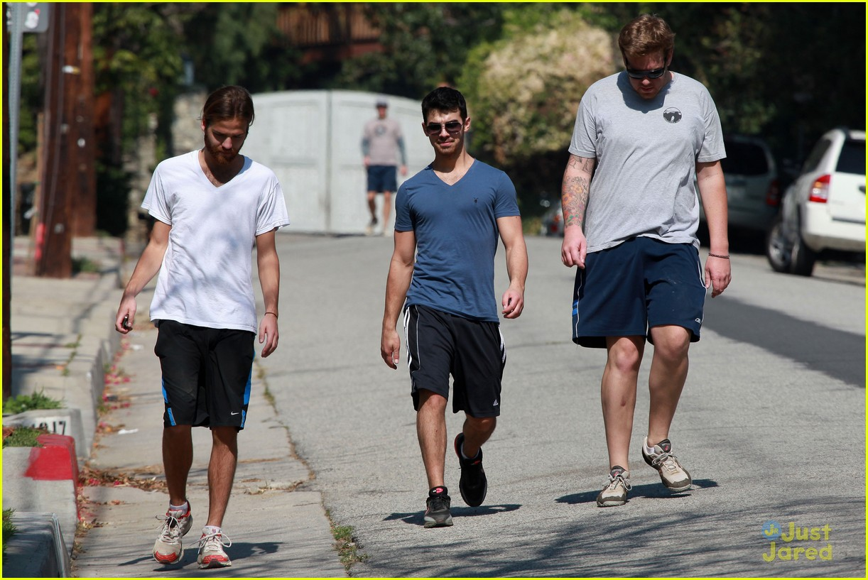 joe jonas hike hollywood 03