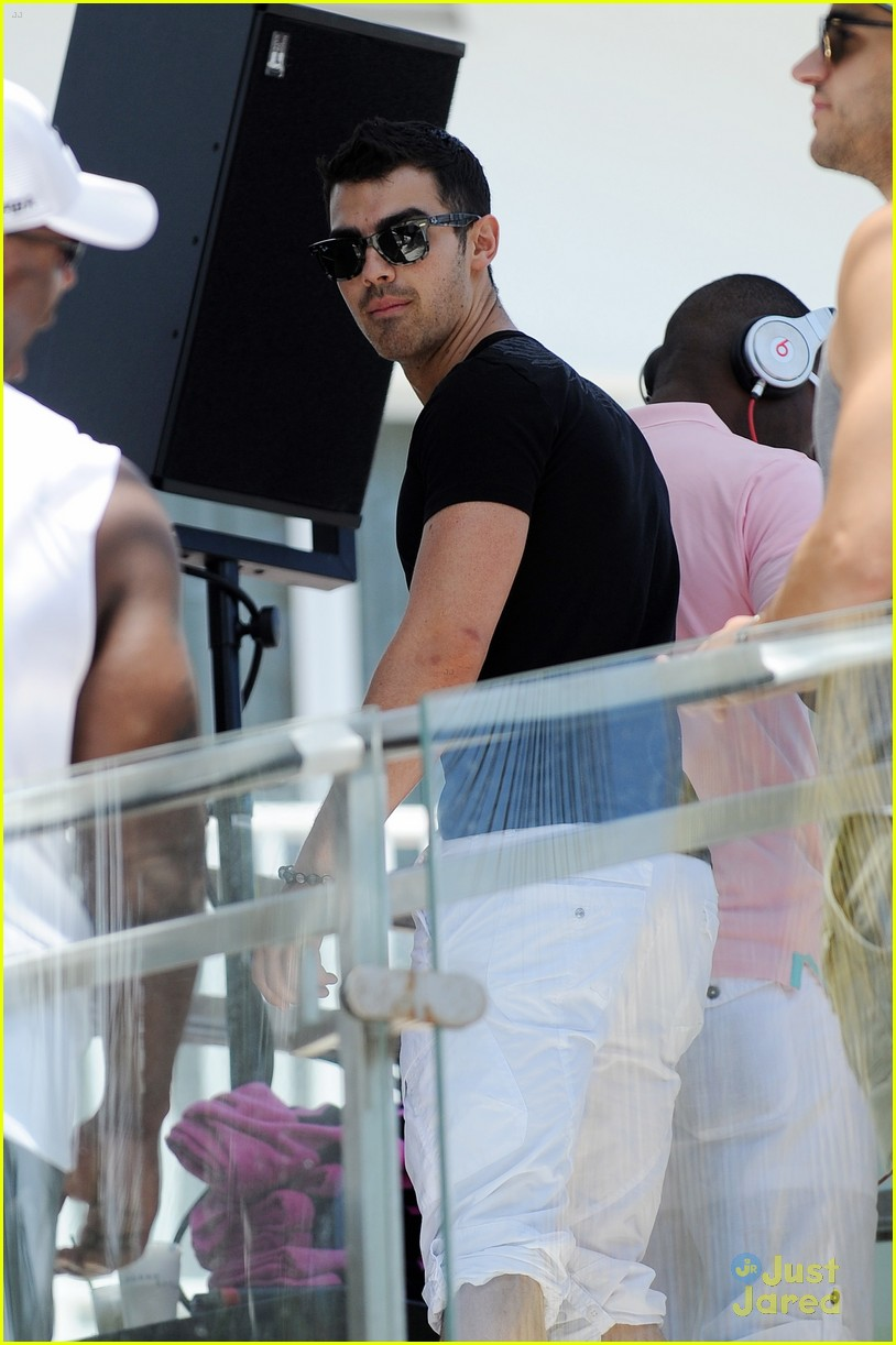 joe jonas pink party miami 01