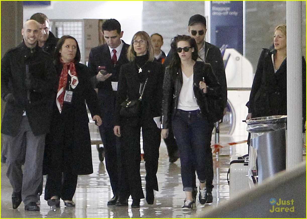 robert pattinson kristen stewart paris departure 05