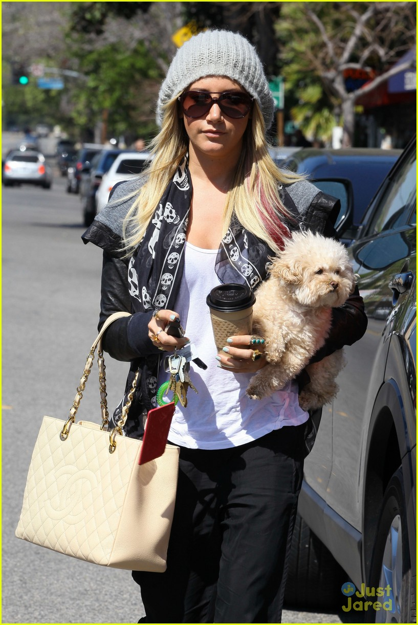 ashley tisdale aroma cafe 08