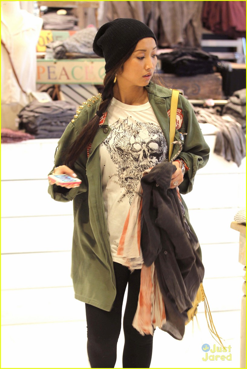 brenda song shopping mall 02
