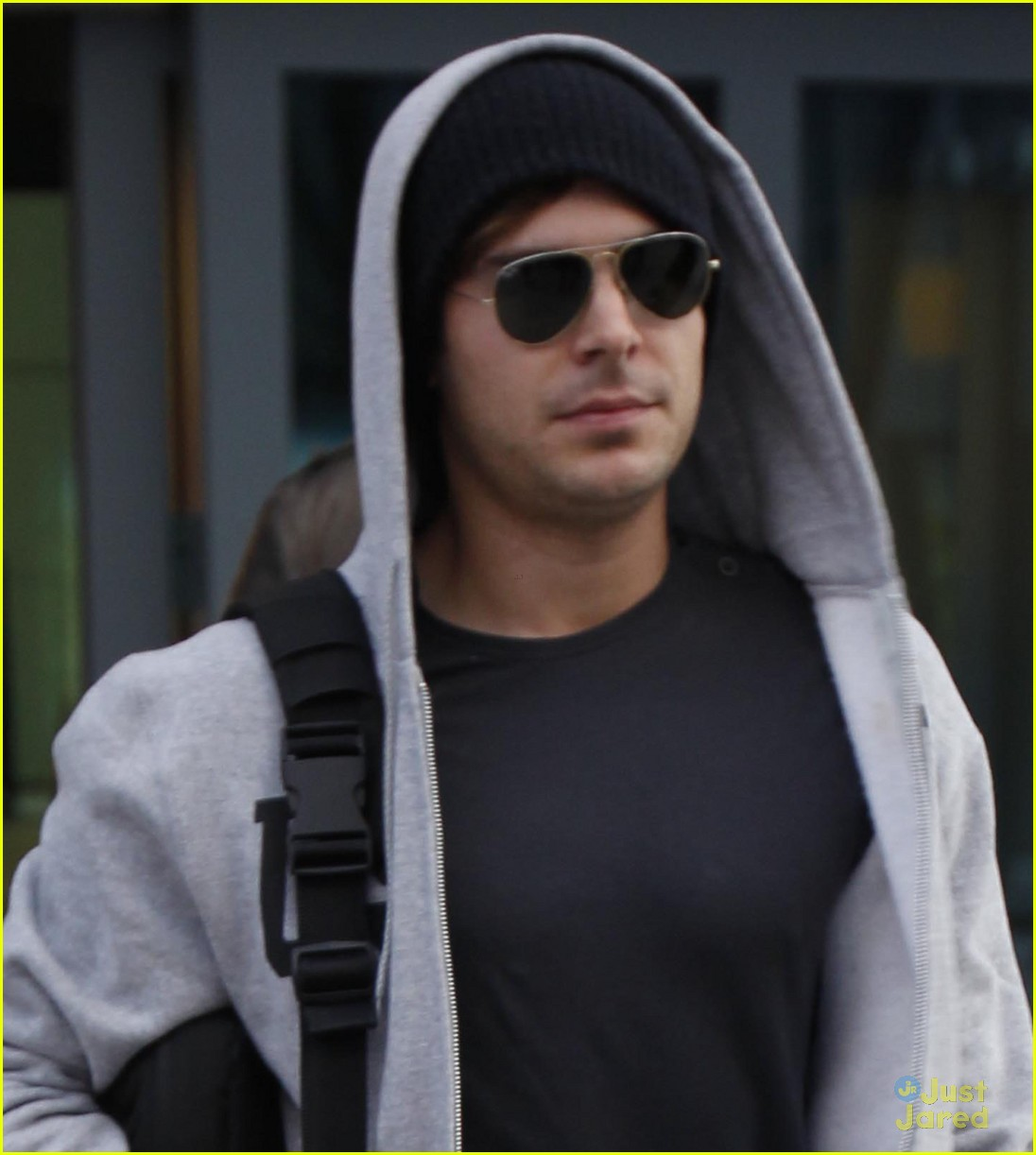 zac efron london landing 04