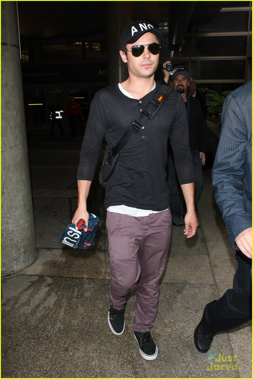zac efron lands lax 02