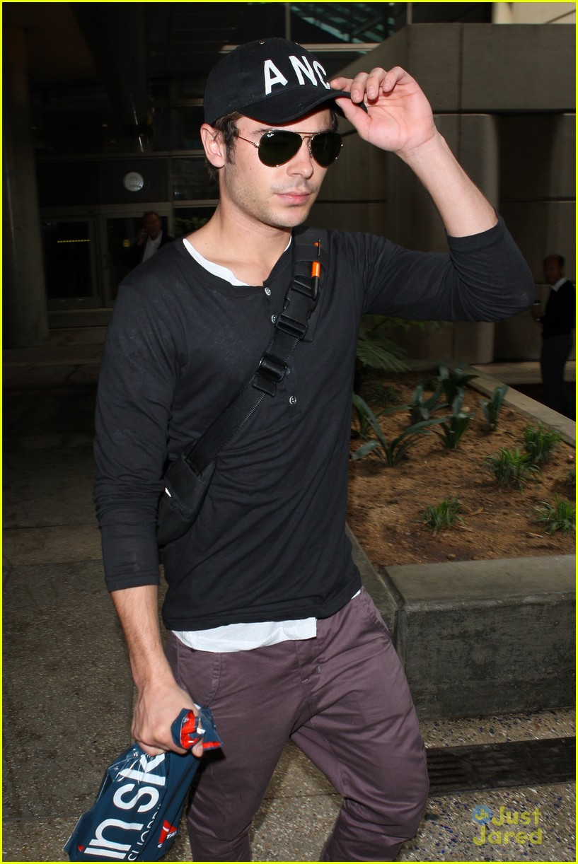 zac efron lands lax 03